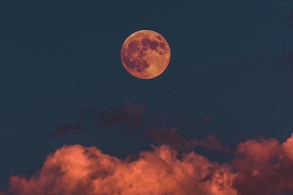 Lirik Lagu Talking To The Moon