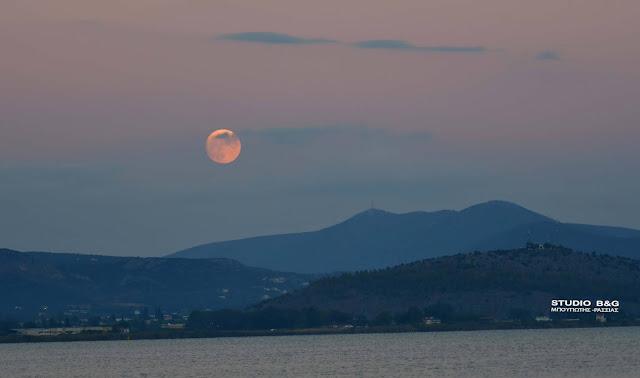 """Πανσέληνος Οκτωβρίου: """"Το θλιμμένο φεγγάρι"""" πάνω από το Ναύπλιο (βίντεο)"""
