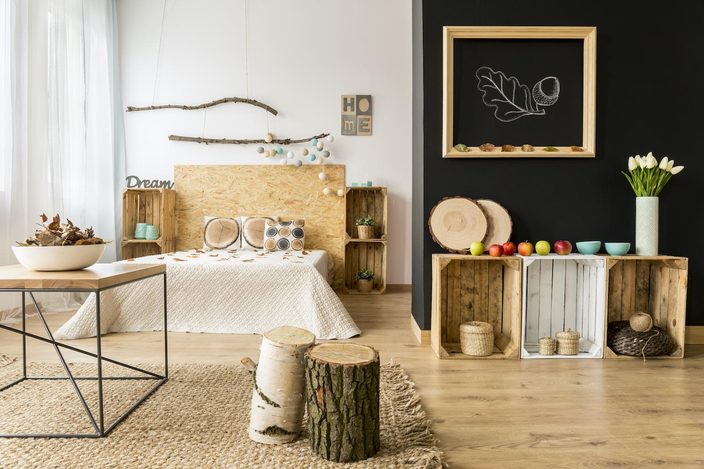 Cabecero de cama casero y barato con tablas de aglomerado