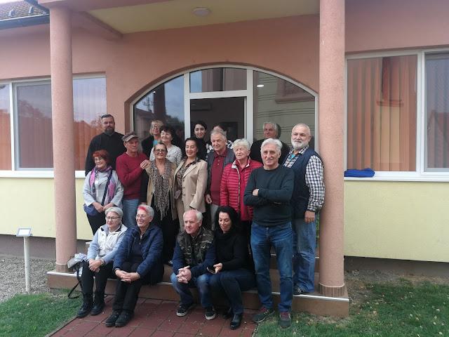 Учесници ликовне колоније са свештеником  Бошком Маринковим, испред Црквеног дома