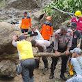Polisi Bantu Evakuasi Tanah Longsor di Karangmoncol