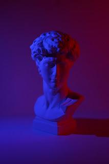 Gambar Patung Pemuda di Studio Gelap