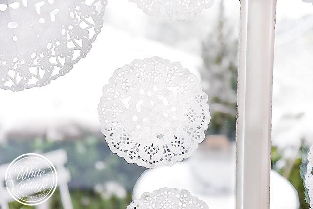 Fensterdeko für den Winter mit Schneeflocken aus Papier