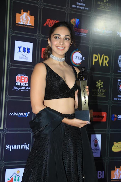 Bollywood Beauty Kiara Advani Recent Pictures in Black Outfit At Awards Function Showing Off Her Sexy Cleavage Navel Queens