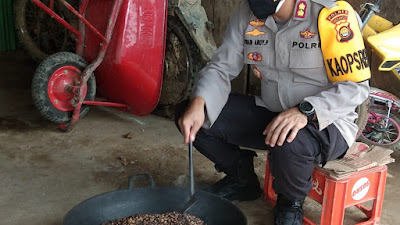 Kapolres Merangin Akbp.Irwan Andy Purnamawan.S.I.K Praktek Gonseng Kopi