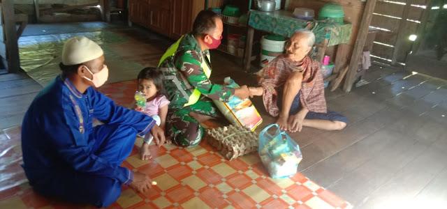 Babinsa Kurnia Irwan Berbagi Rejeki kepada Warga yang Terdampak Pandemi Covid-19