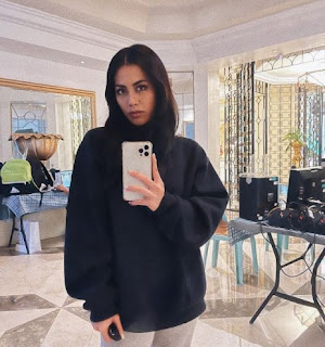 Picture of Iana Bernardez clicking selfie