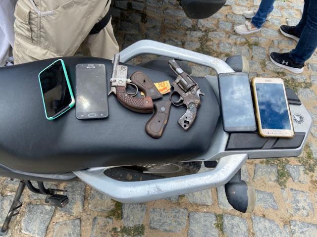 Dupla é presa portando duas armas de fogo e uma motocicleta roubada no interior do RN