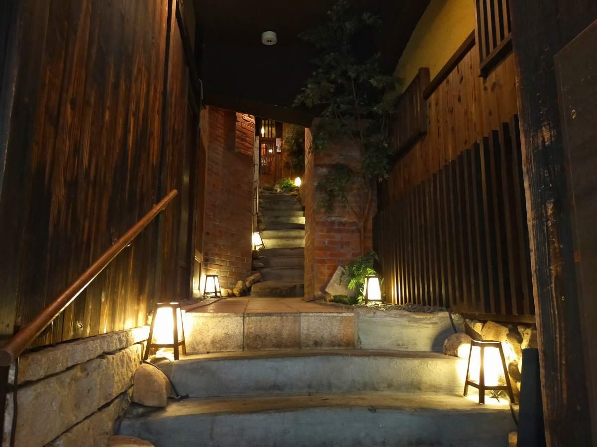 笑う門には福喜多る 暖簾をくぐると荘厳な階段があります。