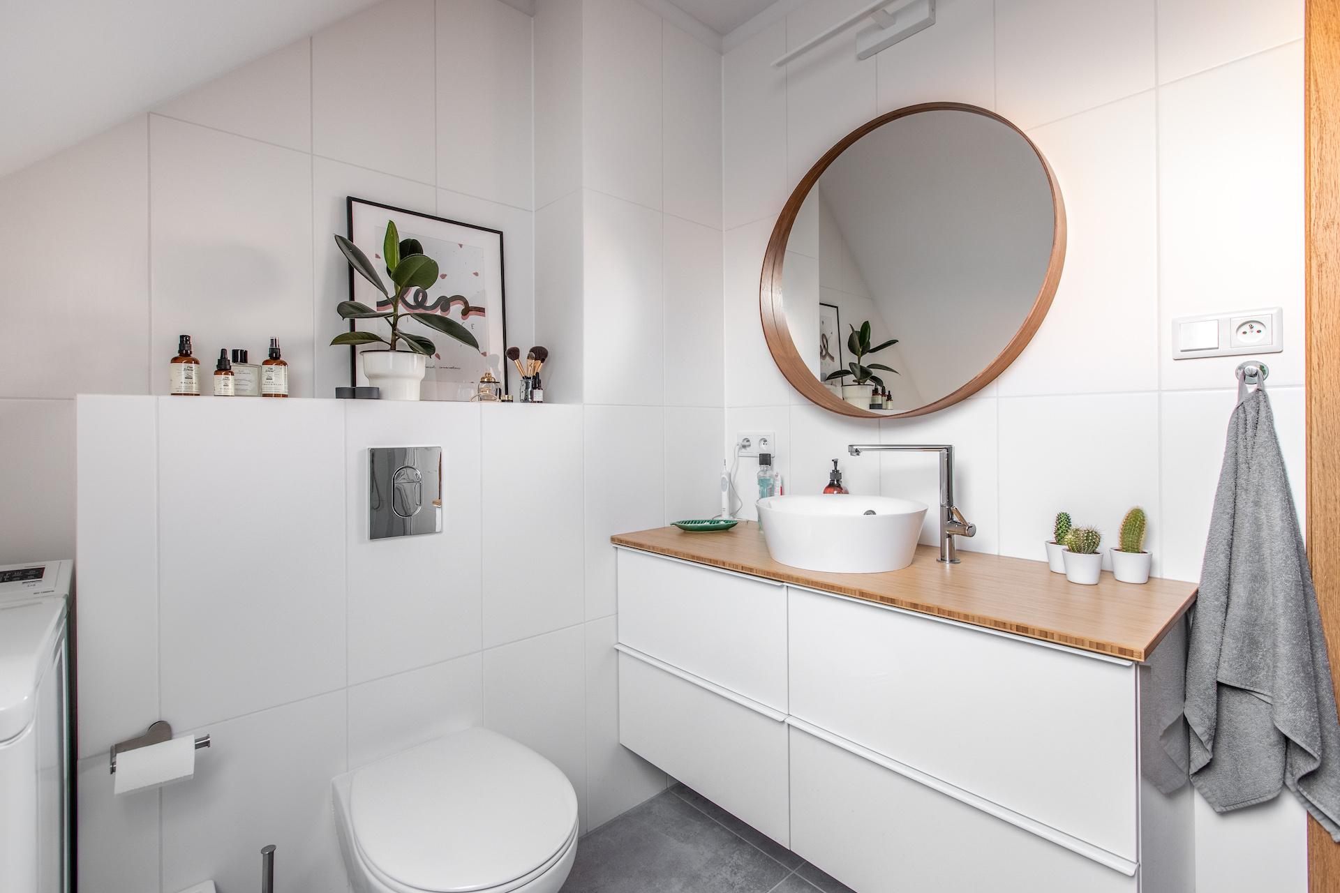 przechowywanie w łazience biała łazienka na poddaszy
