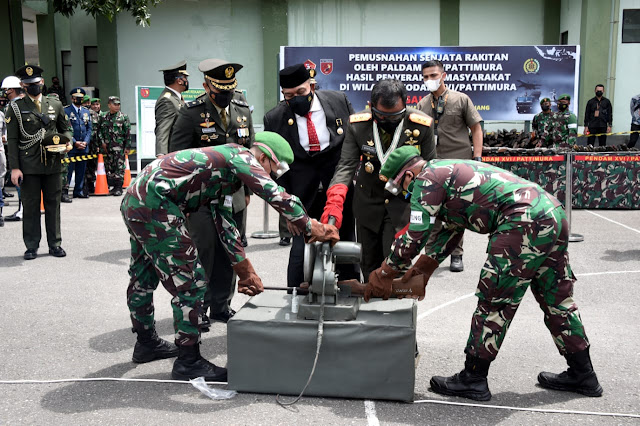 Bambang Ismawan Pimpin Pemusnahan 656 Pucuk Senjata Saat HUT TNI ke 76 di Ambon.lelemuku.com.jpg