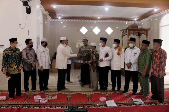 Bupati Hamsuardi dan Wabup Risnawanto Laksanakan 'Jumat Berkah' di Masjid Nurul Iman Ophir