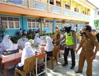 Antusiasnya siswi SMPN1 lhokseumawe mengikuti vaksinisasi goes to school