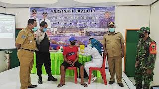 Babinsa Bersama Bhabinkamtibmas Pantau Pelaksanaan Vaksinasi Serentak di Distrik Danaweria