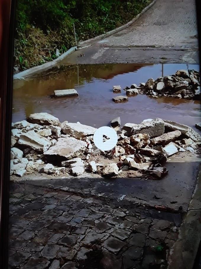 PASSAGEM MOLHADA com problemas de escoamento d`água em Rua do Santa Clara gera queixas e revolta de moradores; secretário diz que prefeitura deverá construir mini-ponte.