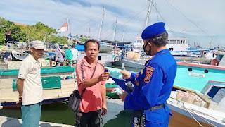 Ajak Patuhi Penerapan Prokes, Satpolair Polres Pelabuhan Makassar bagikan Masker