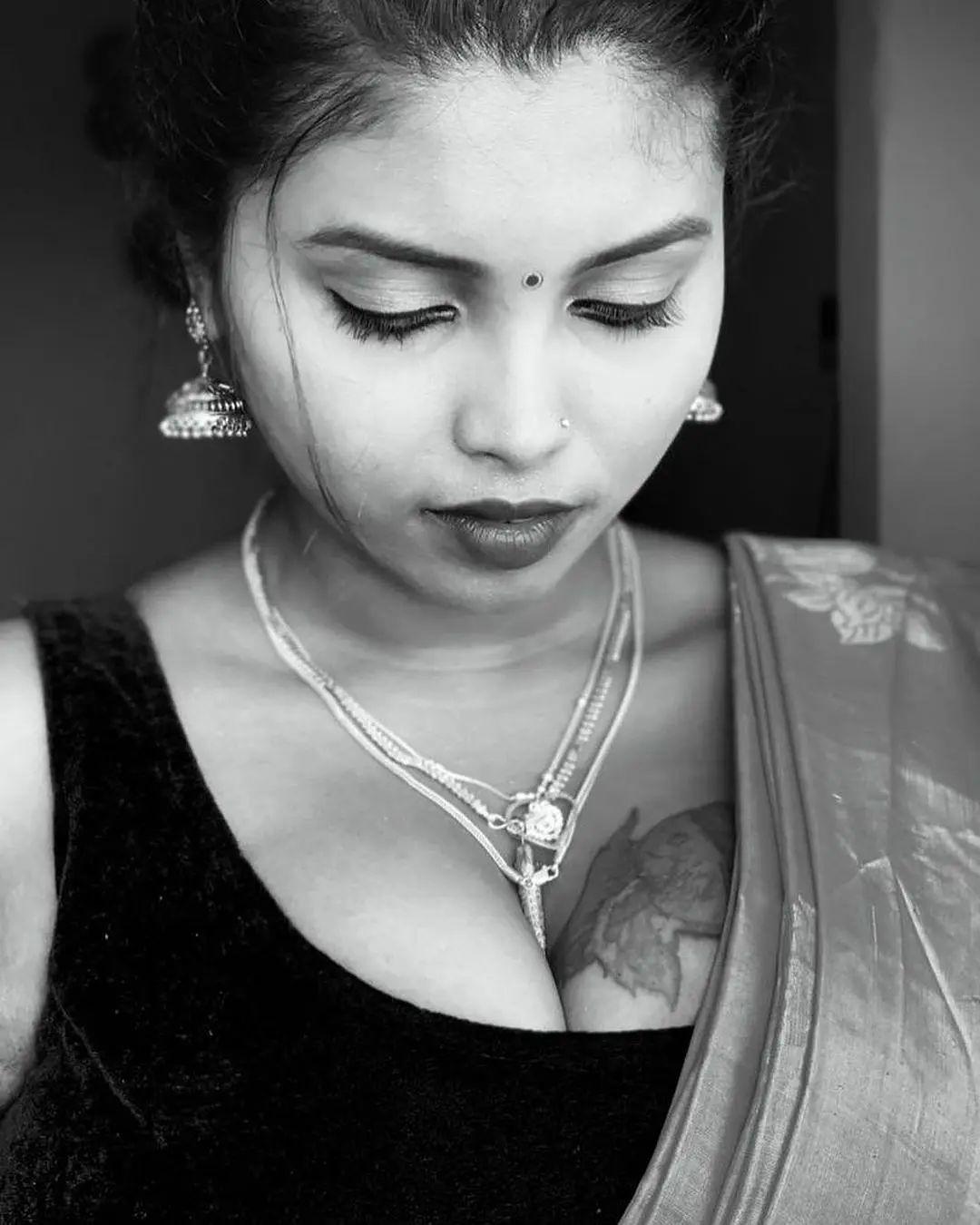 Actress Elakkiya Latest Hot Navel & Cleavage Photos in Saree