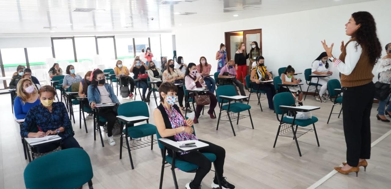"""La escuela de liderazgo y formación en género está formando a cerca de 500 personas en todo el departamento, el proceso de formación impacta a funcionarios públicos y profesionales de la salud, periodistas y medios de comunicación, líderes comunitarios, organizaciones de base y personas del común. Continuando con el proceso de formación en género, la Secretaría de Mujer, Familia y Desarrollo Social inició la capacitación de su escuela de liderazgo """"Empodérate"""" en Pereira con la participación de cerca de 80 personas. """"Hoy iniciamos este proceso en Pereira con más de 75 personas inscritas, estamos muy felices porque van a ser personas que certificaran su formación en los tres ejes de la Política Pública, es decir son mujeres y hombres que van a tener conocimientos desde la Ley 1257 de prevención de violencias, empoderamiento femenino, liderazgo y emprendimiento, entonces son oportunidades bastante valiosas y que nos alegra que en la capital risaraldense, donde hay más población y mayores problemáticas se esté aprovechando de la mejor forma"""" destacó Elizabeth Diosa, Secretaria de Mujer, Familia y Desarrollo Social. En este espacio, la funcionaria anunció que dentro de los avances que han tenido los temas de mujer y género, Risaralda será el primer departamento de Colombia que tendrá cátedra de Equidad y Género en los Colegios. """"En una articulación que tenemos con la Secretaría de Educación departamental, el próximo año empezaremos con esta formación en todas las instituciones educativas, mientras tanto estamos avanzando en la formación de los docentes como replicadores de la información"""". Daniel Vinasco, en uno de los 40 hombres que se inscribieron al proceso formativo con el ánimo transformar su realidad a través de la resignificación de creencias y prácticas, """"me parece maravillosa toda esta estrategia porque se está acogiendo a hombres, mujeres y personas con sexualidad diversa, nosotros como hombres debemos aprender a desprendernos de esa filosofía machista que con"""