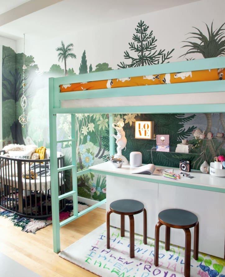 Dormitorio infantil compartido con cama en alto