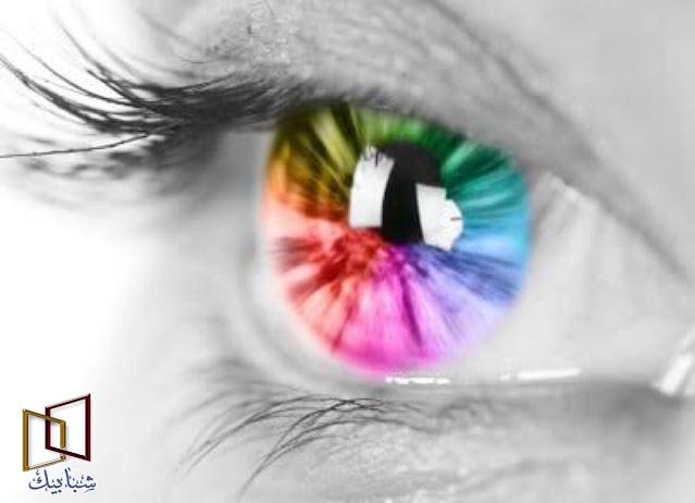 تعريف عمى الألوان وما هي أسبابه    تعريف عمى الألوان وأسبابه مرض عمى الألوان هو إصابة الإنسان بخلل يُفقده القدرة على رؤية أحد الألوان الثلاثة الآتية: الأحمر، أو الأزرق أو الأخضر، أو اللون الناتج عن خلطهم معًا.   يرجع سبب عمى الألوان ، في معظم الأحيان ، إلى غياب نوع واحد أو أكثر من أنواع الخلايا المخروطية الثلاثة ، وهي خلايا الاستقبال الحساسة للطول الموجي في شبكية العين ، وتسمى أحيانا بالخلايا المخروطية الحمراء والخضراء والزرقاء ؛ وبشكل أكثر دقة هي مخاريط طويلة ومتوسطة وقصيرة الطول الموجي . يبصر معظم الناس ، في الرؤية الطبيعية ، بالألوان الثلاثة . أما الشخص المصاب بازدواجية اللون ، فيبصر لونين فقط ، وفي العادة يكون يخلط بين الأحمر والأخضر .   يعد عمى الألوان أكثر ندرة الآن ، وله نوع واحد فقط ، وتتأثر هذه الحالات بعوامل الوراثة ، حيث يصاب رجل واحد من كل 20 رجلا ، وامرأة واحدة من كل 200 امرأة . ويرجع هذا الاختلاف الى أن الجينات المريضة يحملها الكروموسوم X ، ولا يوجد لدى الرجال سوی کروموسوم X واحد فقط هذا ، بينما النساء اللاتي لديهن جين وظيفي في أحد كروموسومي X لا تصاب بعمى الألوان .   علاوة على ذلك ، ليست جميع أنواع عمى الألوان وراثية . فأمراض مثل السكري والزهايمر ومرض باركنسون ، يمكن أن تؤثر على رؤية الألوان ، فضلا عن أن تأثير بعض الأدوية وإدمان الكحوليات على إبصار الألوان . وهناك أيضا الحوادث أو أمراض تلف المخ ، التي يمكن أن تـدمـر أجزاء من المخ مسئولة عن إبصار الألوان
