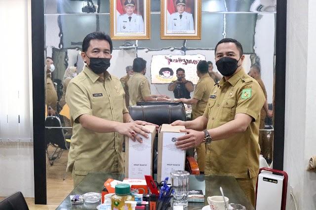Kepala BKDPSMD Serahkan Arsip Inaktif Kantor Dinas Pendidikan dan Pelatihan Kota Medan