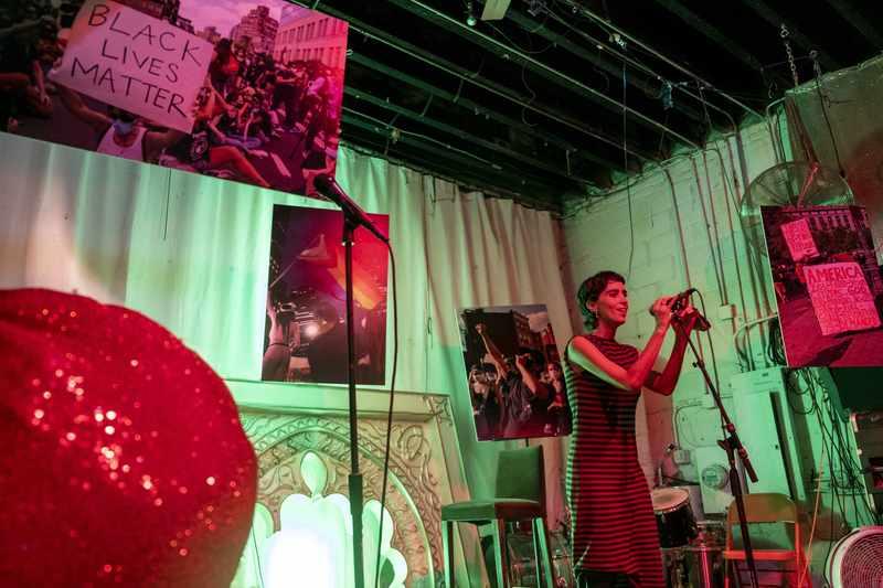 No dia 16 de outubro, a obra de Asfixia, livro de Candice Carvalho Feio vai ser apresentada em formato de uma exposição sensorial, criada pela multiartista carioca Isadora Medella, na Casa Bicho, no bairro Jardim Botânico, Rio de Janeiro.