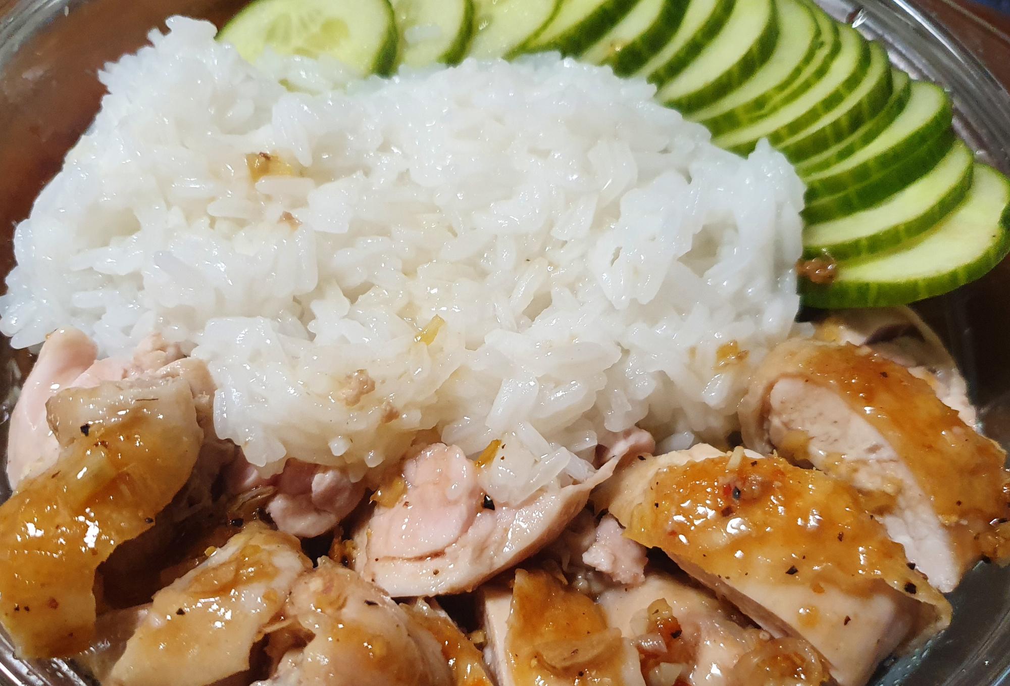Ruskeaksi paistettua kanaa, sitruunaruohokastiketta ja riisiä