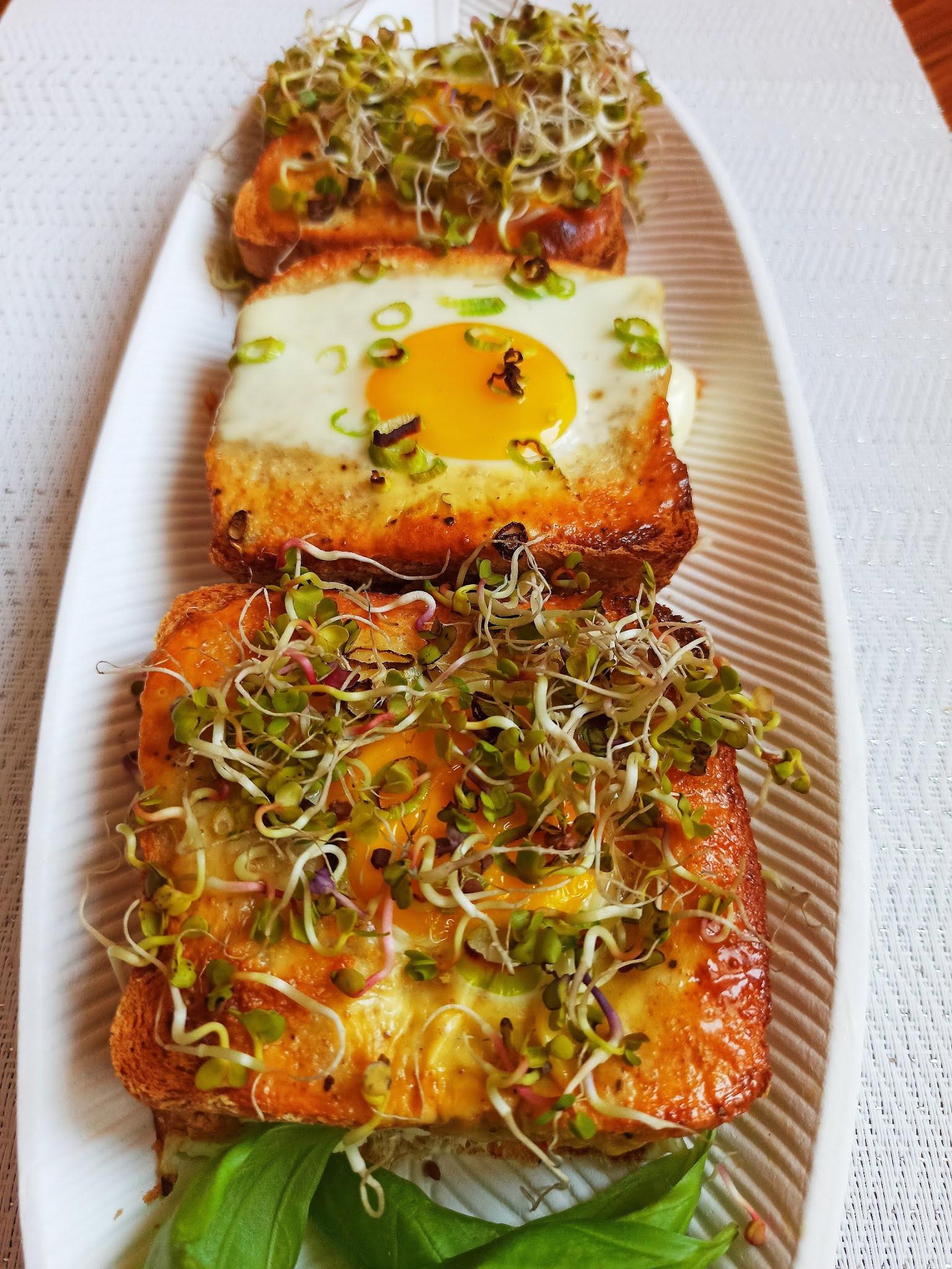 Tosty zapiekane z jajkiem