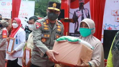 Vaksinasi di Dermaga Danau Singkarak, Kapolda Salurkan Bansos