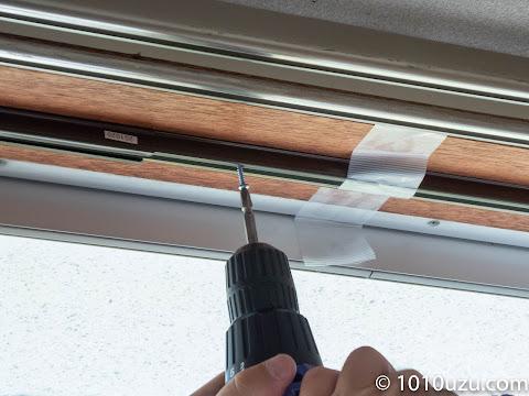 窓枠にカーテンレールを天井付けする