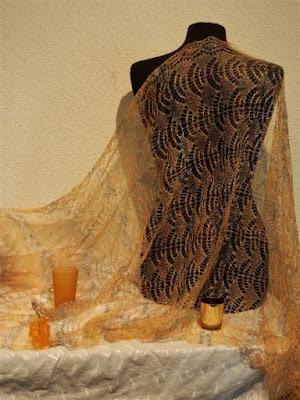 Gele wollen shawls, gebreidesjaals goudgeel, gouden shawls.