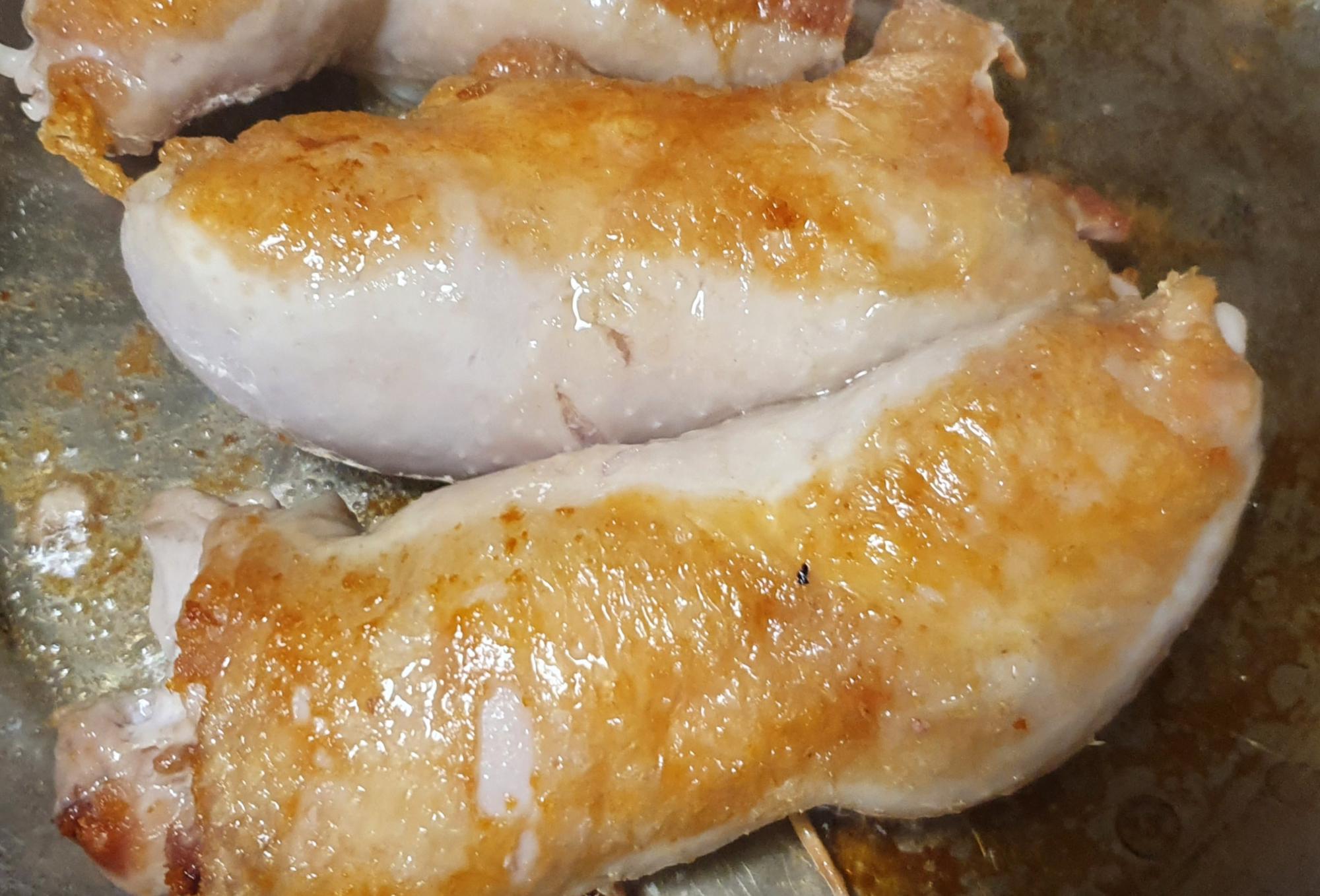 Kullanruskeaksi pannulla paistettua kanaa
