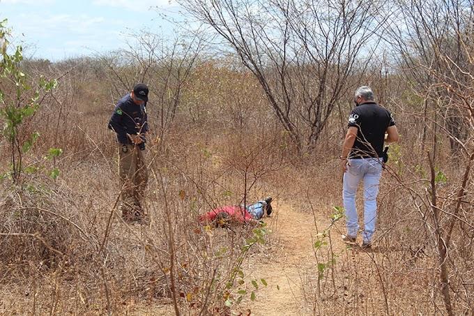 Corpo com marcas de tiros e um corte profundo no pescoço é encontrado na região da Serra Mossoró