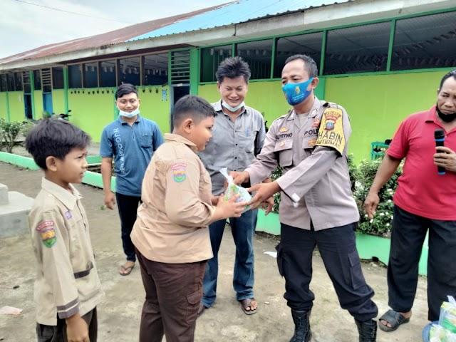Jum'at Barokah, Bripka Suyitno Bersama Kepala Desa Dewi Seri Berikan Makanan Bergizi Untuk Anak TK dan SD