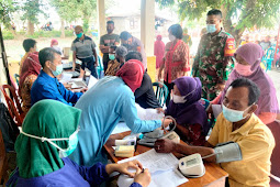 Sukseskan Serbauan Vaksin TNI - Polri, Babinsa Wonosari Amankan Vaksinasi