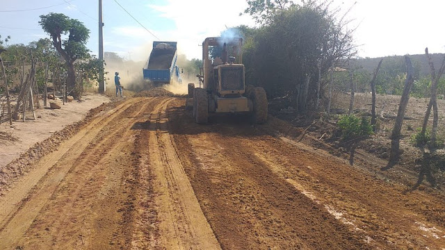 Prefeitura de Seabra  Inicia  recuperação da estrada que liga as comunidades do  Angico  e  Morro Redondo