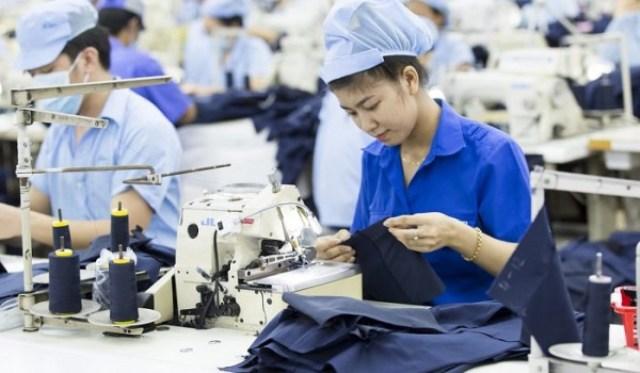 Công nhân tại công ty may mặc Huy Trinh
