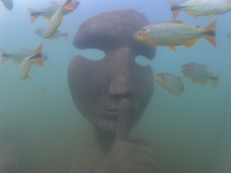 O Museu Subaquático de Bonito, o único do mundo em um ambiente de água doce, será aberto ao público neste sábado, dia 09 de outubro. Quem estiver na cidade vai poder conhecer esta atração, que é inédita no Brasil, em primeira mão. O museu foi instalado em um grande lago com cerca de 4 metros de profundidade, dentro do complexo de ecoturismo da Nascente Azul.