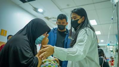 Didampingi Bobby, Putri Jokowi Menangis Saat Jenguk Bayi Penderita Astresia Bilier di Medan
