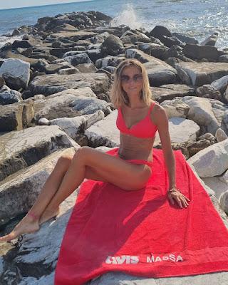 Francesca Fialdini bikini rosso mare scogli 20 agosto