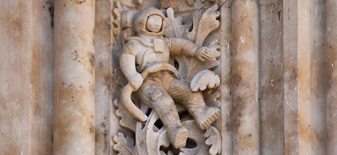 A FARSA do astronauta esculpido em igreja de mais de 500 anos