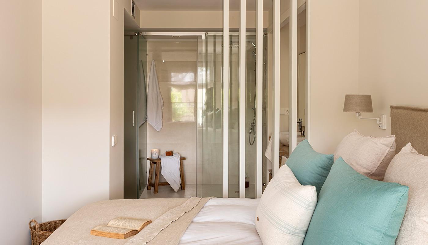 Dormitorio con baño sin puertas