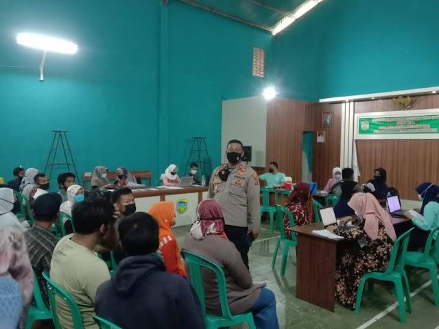 Kapolsek Singaparna Dorong Warga Pahami Protokol Kesehatan Dan Vaksinasi Di Masa Pandemi.