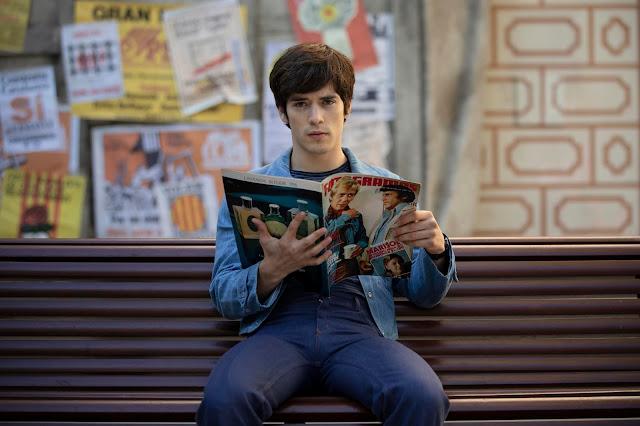 Nacho (Marcos Ruiz) leyendo una antigua revista de Fotogramas.