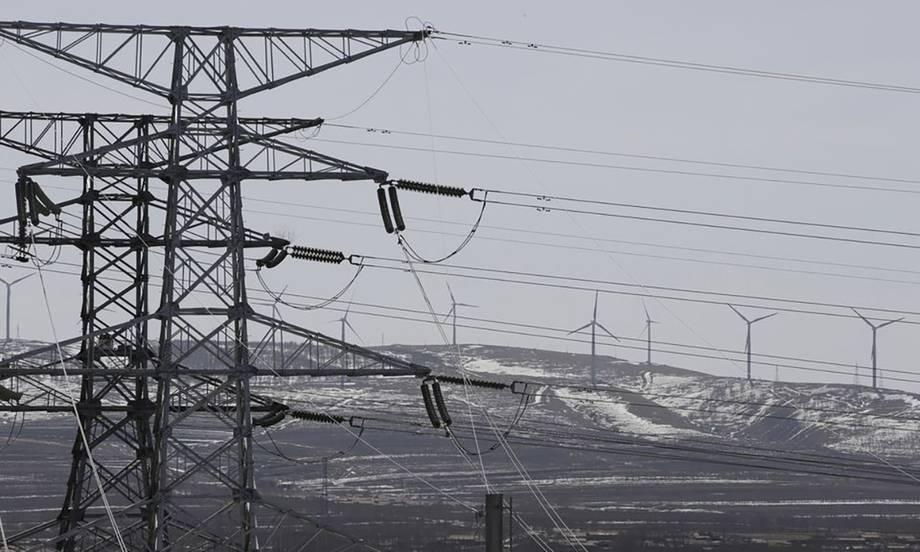 Đường dây điện và tuabin điện gió ở Hà Bắc, Trung Quốc.