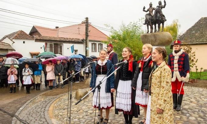 A székely–magyar összetartozást szimbolizáló lovasszombort avattak fel Agyagfalván