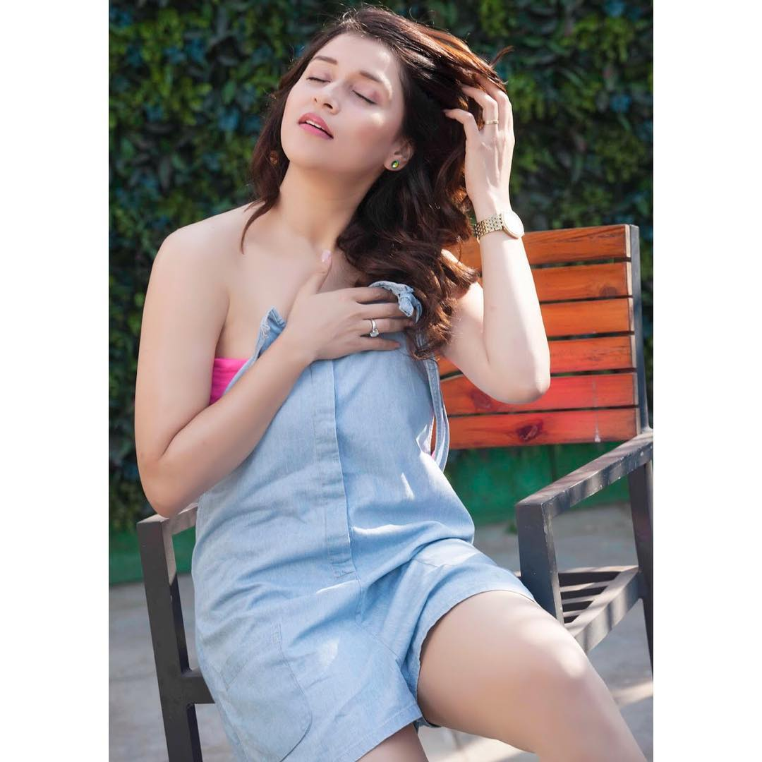 Manara Chopra tempting hot photos