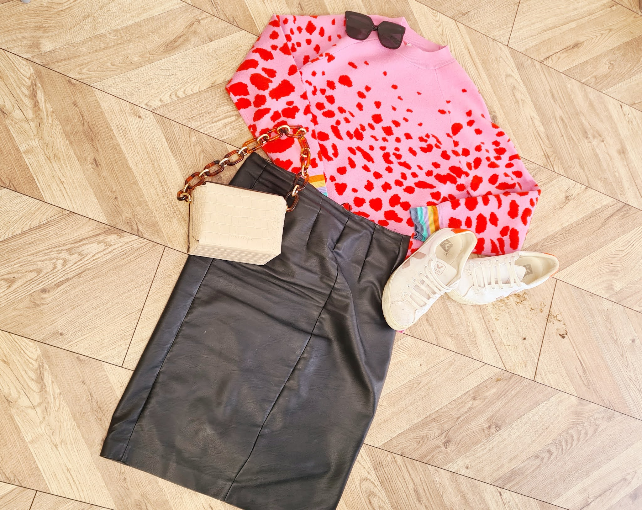 School run outfit, outfit ideas, mum outfit, leopard jumper outfit, leather skirt outfit, casual outfit ideas, autumn outfit, fall outfit