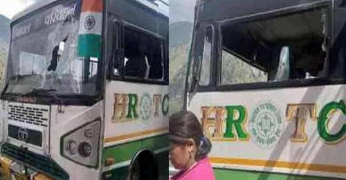 हिमाचल से बुरी खबर: HRTC की चलती बस पर गिरे पत्थर- 6 यात्री पहुंचे अस्पताल