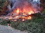 Satu Unit Rumah Kontruksi Kayu Terbakar, Personel Polsek Simpang Keuramat Bantu Padamkan Api
